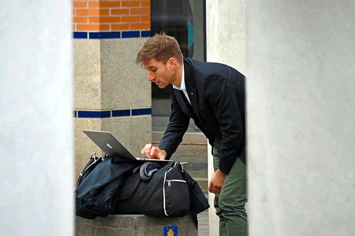¿Qué debe contener un equipaje de mano?